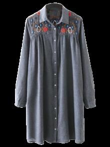 Robe bordée avec des boutons et des manches longues
